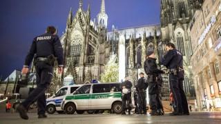 Köln, 2016. január 7. Rendőrök a kölni dómnál 2016. január 6-án. Szemtanúk beszámolói alapján arab kinézetű, feltehetőleg észak-afrikai férfiak számos nőt molesztáltak a kölni főpályaudvar közelében az év utolsó napjának éjszakáján. (MTI/EPA/Maja Hitij)