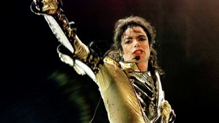 "American pop-star Michael Jackson performs during his ""HIStory World Tour"" concert in Vienna in this file photo from July 2, 1997. Jackson regained the title of the highest-earning dead celebrity in the past year, easily surpassing Elvis Presley and cartoonist Charles Schulz, Forbes.com said October 23, 2013.  REUTERS/Leonhard Foeger/Files   (AUSTRIA - Tags: ENTERTAINMENT OBITUARY BUSINESS)"