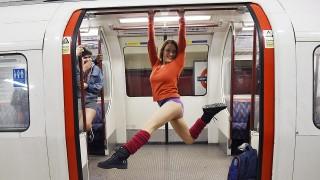 London, 2016. január 10.A nadrág nélküli metrózási akcióban vesznek részt fiatalok a londoni metró egyik vonalán 2016. január 10-én. Az évenkénti akciót New Yorkban kezdeményezték 2002-ben és azóta világszerte több nagyvárosban követőkre talált. (MTI/EPA/Facundo Arrizabalaga)