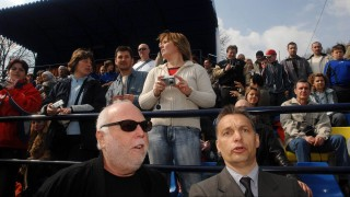 Felcsút, 2007. április 1. Orbán Viktor, korábbi miniszterelnök, az akadémia alapítója, a Fidesz elnöke Andy Vajna filmproducer társaságában egy focimeccset néz, amikor Puskás Ferenc, az Aranycsapat legendás játékosa születésének 80. évfordulóján, ünnepélyes keretek között felveszi nevét a felcsúti Labdarúgó Akadémia. MTI Fotó: Koszticsák Szilárd