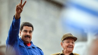 Cuba's and Venezuela's Presidents Raul Castro (R) and Nicolas Maduro respectively participate in the May Day celebrations, on May 1, 2015 in Havana.    AFP PHOTO/ADALBERTO ROQUE / AFP / ADALBERTO ROQUE
