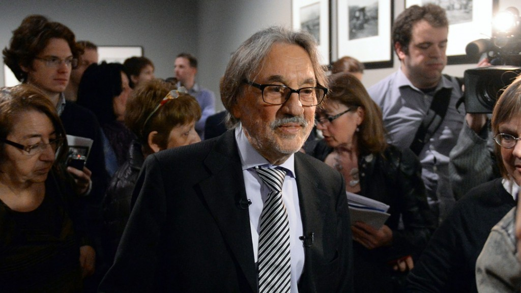 Oscar-winner Hungarian-US cinematographer Vilmos Zsigmond (C) attends his first photo exhibition in Hungary, at the Ludwig Museum of Budapest on April 10, 2015 prior to an official opening ceremony of Budapest Spring Festival.  AFP PHOTO / ATTILA KISBENEDEK / AFP / ATTILA KISBENEDEK