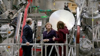 German Chancellor Angela Merkel (C) inspects the Wendelstein 7-x nuclear fusion reactor of the Max-Planck-Institut für Plasmaphysik (IPP) in Greifswald, northern Germany on February 3, 2016.  / AFP / dpa / Bernd Wüstneck / Germany OUT