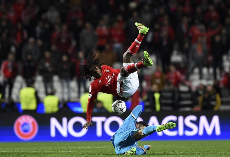 Benfica's midfielder Renato Sanches (TOP ) vies with Zenit's Spanish midfielder Javi Garcia during the UEFA Champions League round of 16 football match SL Benfica vs FC Zenith Saint-Petersburg at the Luz stadium in Lisbon on February 16, 2016. / AFP / FRANCISCO LEONG