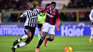 """Juventus' midfielder from France Paul Pogba (L) fight for the ball with Bologna's defender from Senegal Ibrahima Mbaye during the Italian Serie A football match Bologna vs Juventus at """"Renato Dall'Ara"""" Stadium in Bologna on Febrauary 19, 2016. / AFP / GIUSEPPE CACACE"""