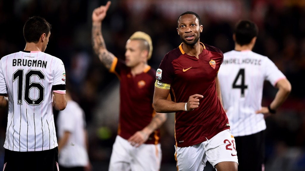 Roma's midfielder from Mali Seydou Keita (R) celebrates after scoring during the Italian Serie A football match Roma vs Palermo at the Olympic Stadium in Rome on February 21, 2016.   / AFP / FILIPPO MONTEFORTE