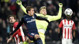 PSV Eindhoven's goalkeeper Jeroen Zoet (R) and Atletico Madrid's French forward Antoine Griezmann challenge for the ball during the UEFA Champions League round of 16 first leg football match between PSV Eindhoven and Atletico Madrid at the Philips Stadium in Eindhoven on February 24, 2016.  AFP PHOTO / JOHN THYS / AFP / JOHN THYS