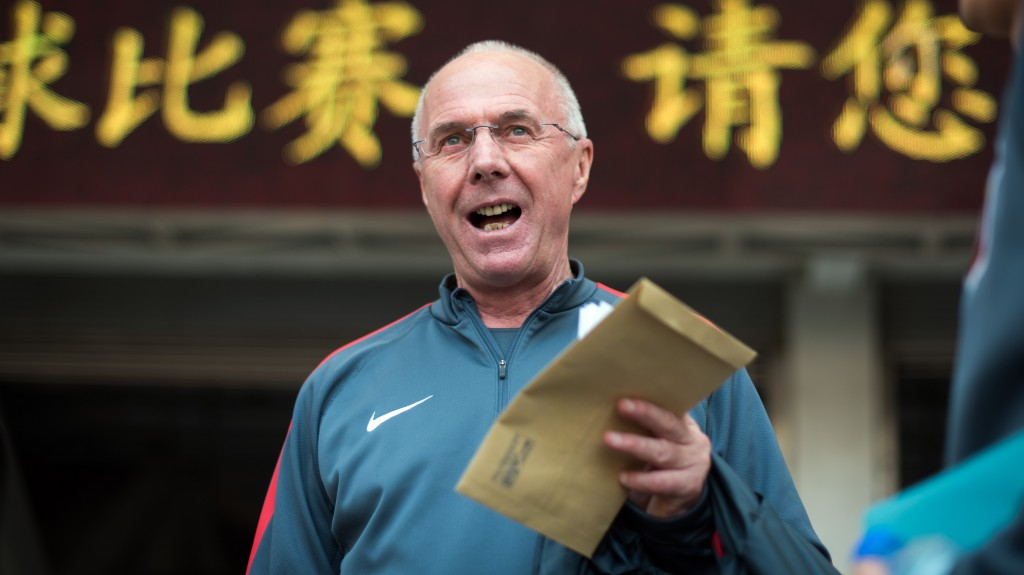 TO GO WITH STORY:  Fbl-ENG-Pr-CHN-Eriksson, INTERVIEW by Neil CONNOR This photo taken in Shanghai on April 18, 2015, shows Former England manager Sven-Goran Eriksson attending a training session of his team Shanghai SIPG of the Chinese Super League.  Eriksson says in-fighting between the Football Association and the Premier League is holding the national side back in the cradle of the game.     AFP PHOTO / JOHANNES EISELE / AFP / JOHANNES EISELE