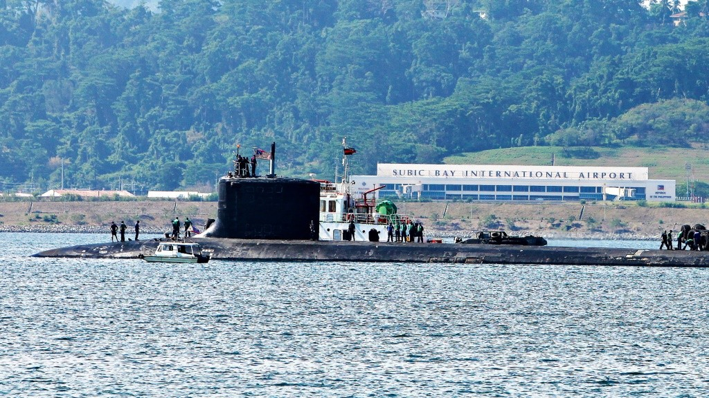 This photo taken on May 13, 2012 shows US navy attack submarine, the USS North Carolina, preparing to dock shortly after arriving at the former US naval base in Subic bay, Zambales province, north of Manila. A US navy attack submarine has docked in a Philippine port close to the disputed shoal where Philippine and Chinese ships are locked in a standoff, a spokesman for Manila's navy said May 15.    AFP PHOTO/David Bayarong / AFP / david bayarong