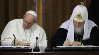 Pope Francis (L) and the head of the Russian Orthodox Church, Patriarch Kirill sign documents during a historic meeting in Havana on February 12, 2016. Pope Francis and Russian Orthodox Patriarch Kirill kissed each other and sat down together Friday at Havana airport for the first meeting between their two branches of the church in nearly a thousand years. AFP PHOTO / POOL - Gregorio Borgia / AFP / POOL / GREGORIO BORGIA