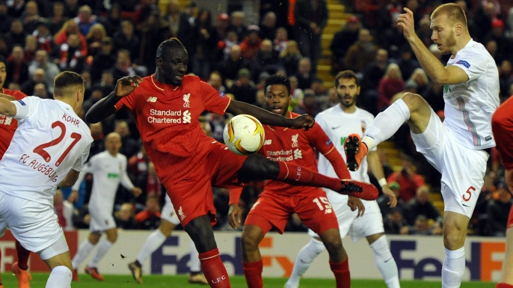 Augsburg's Ragnar Klavan (r) vies for the ball with Liverpool's Mamadou Sakho during the UEFA Europa League round of 32, second leg soccer match between Liverpool FC and FC Augsburg in Anfield, Liverpool, England, on 25 February 2016. Photo: Stefan Puchner/dpa