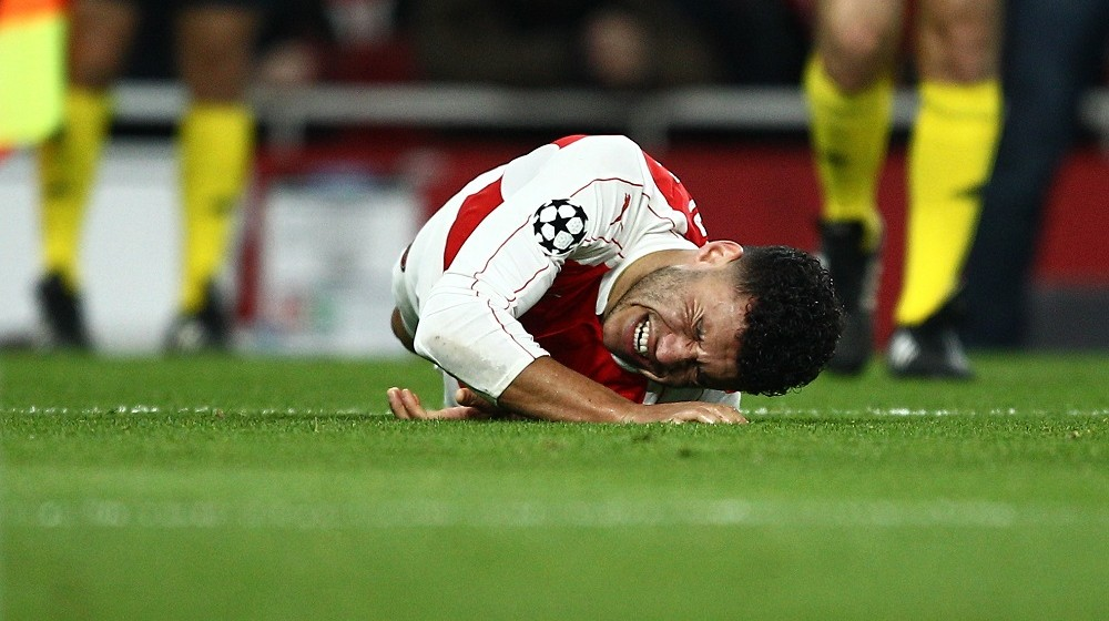 Alex Oxlade-Chamberlain of Arsenal suffers from pain during the UEFA Champions League football match Round of 16, 1st leg, between Arsenal FC and FC Barcelona on January 23, 2016 played at Emirates Stadium in London, England - Photo Backpage Images / DPPI