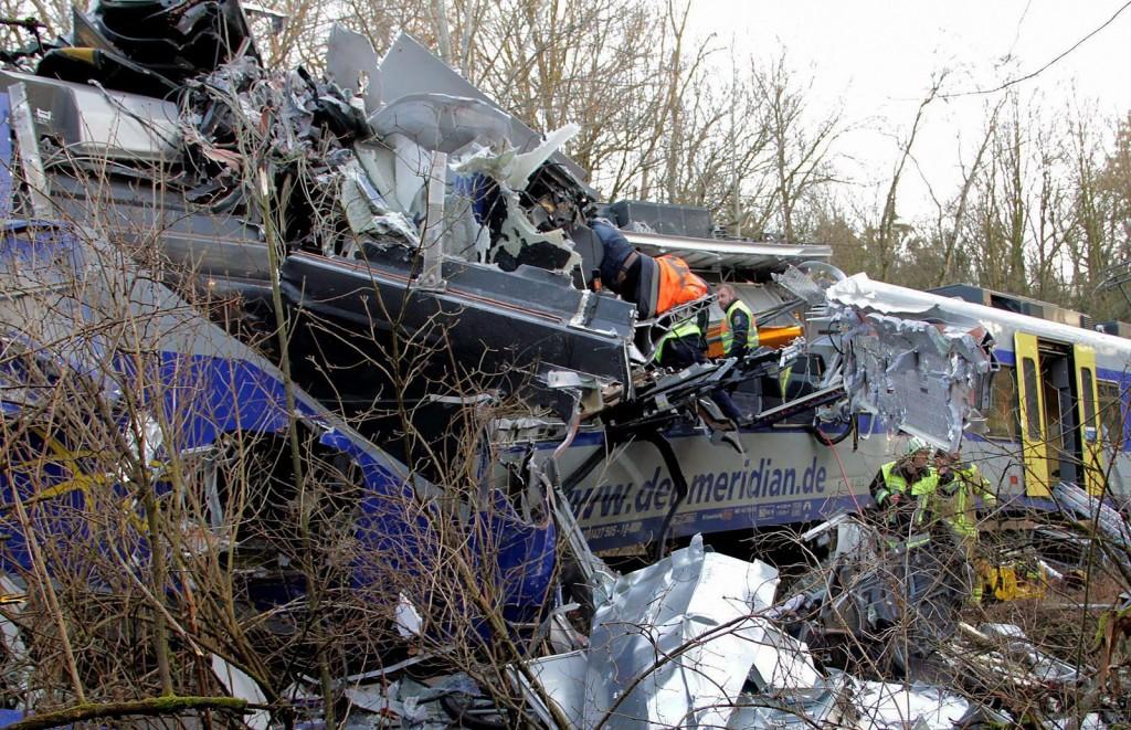 Bad Aibling, 2016. február 9.Mentőalakulatok tagjai túlélők után kutatnak a roncsok közt a bajorországi Bad Aiblingnél történt vonatbaleset helyszínén 2016. február 9-én. A Meridian vasúttársaság személyszállító szerelvényei egyelőre ismeretlen okból frontálisan összeütköztek és több kocsi kisiklott. A szerencsétlenségben legkevesebb nyolcan életüket vesztették és mintegy százötvenen megsérültek. (MTI/EPA/Josef Reisner)