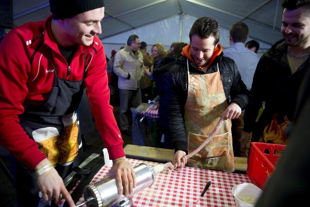 Budapest, 2016. február 19.Kolbásztöltő verseny a háromnapos Budapesti Böllérfesztivál megnyitóján a Millenáris Parkban 2016. február 19-én.MTI Fotó: Koszticsák Szilárd