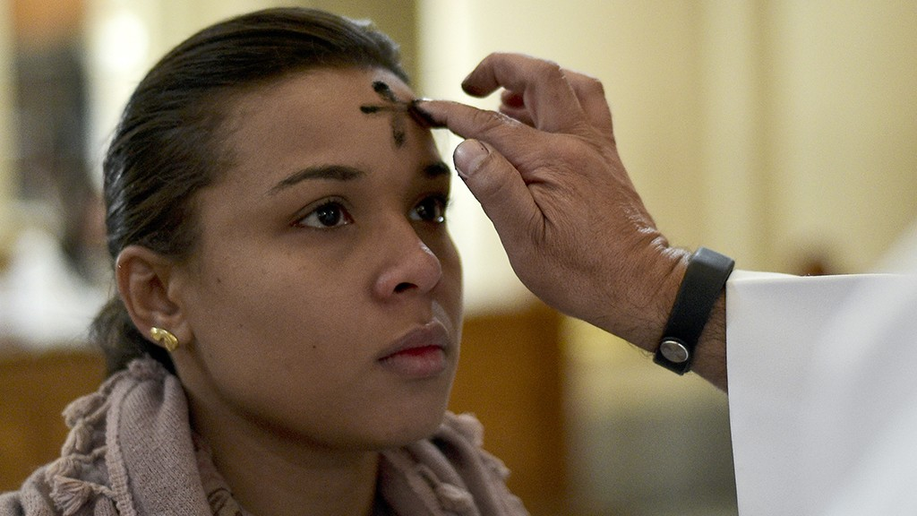 Catholics celebrate Ash Wednesday marking the beginning of Lent, a period of penitence for Christians before Easter, in Bogota on February 18, 2015. AFP PHOTO/LUIS ACOSTA / AFP / LUIS ACOSTA