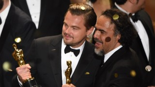 Actor Leonardo DiCaprio (L) and Director Alejandro Gonzalez Inarritu celebrate their awards on stage at the 88th Oscars on February 28, 2016 in Hollywood, California. AFP PHOTO / MARK RALSTON / AFP / MARK RALSTON