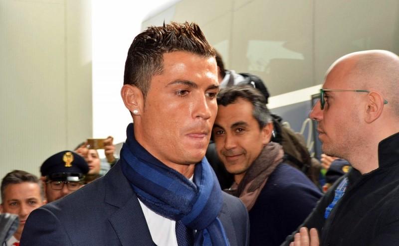 Róma, 2016. február 16. Cristiano Ronaldo, a spanyol Real Madrid portugál csatára a római Fiumicino repülõtérre érkezik 2016. február 16-án. A Real Madrid másnap az AS Roma ellen játszik a labdarúgó Bajnokok Ligája nyolcaddöntõs párharcának elsõ mérkõzésén. (MTI/EPA/Telenews)