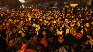 Chinese passengers crowd the Guangzhou Railway Station after trains were delayed as they go back home for the upcoming Chinese Lunar New Year, also known as Spring Festival, in Shenzhen city, south China's Guangdong province, 1 February 2016.  Thousands of travelers were stranded at Guangzhou Railway Station in South China's Guangdong province after rare snow in central and eastern Chinese provinces delayed train services, Feb 1, 2016. About 100,000 travelers were forced to wait outside the station ahead of Spring Festival, the most important holiday of the year. The local police drafted in 1,300 more security personnel to the initial 2,600 officers, and appealed to the passengers not to spend long hours outside the station.