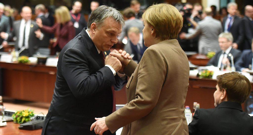 Brüsszel, 2016. február 18. Orbán Viktor miniszterelnök (b) kezet csókol Angela Merkel német kancellárnak az ülésteremben az EU-tagországok állam- és kormányfõinek kétnapos csúcstalálkozóján Brüsszelben 2016. február 18-án. (MTI/AP/Geert Vanden Wijngaert)