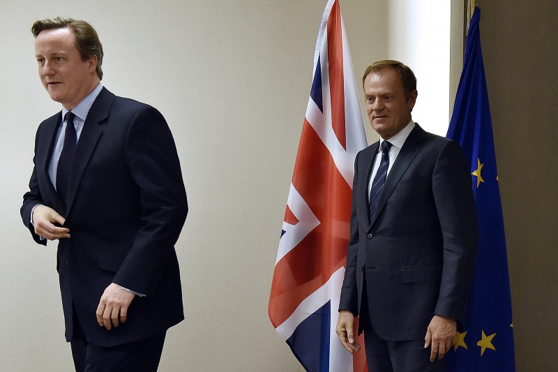 European Council president Donald Tusk (R) arrives with British Prime Minister David Cameron for a bilateral meeting on the sidelines of a summit on relations between the European Union and Turkey and on the migration crisis at the EU headquarters in Brussels on November 29, 2015.  AFP PHOTO / POOL / ERIC VIDAL / AFP / POOL / ERIC VIDAL