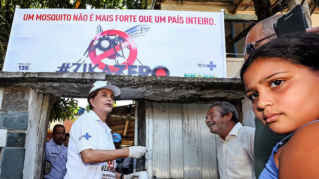 """A hand out picture released by Brazilian Presidency shows Brazilian President Dilma Rousseff (R) taking part in an awareness campaign during the day of national mobilization against the Aedes aegypti mosquito --that transmits dengue, chikungunya fever and zika virus-- in the neighbourhood of Santa Cruz in Rio de Janeiro, Brazil, on February 13, 2016. Some 220,000 members of the armed forces have been deployed to visit 3 million homes throughout Brazil during the day. AFP PHOTO/Presidency/Roberto Stuckert FILHO      RESTRICTED TO EDITORIAL USE - MANDATORY CREDIT """"AFP PHOTO/Presidency/Roberto Stuckert FILHO"""" - NO MARKETING NO ADVERTISING CAMPAIGNS - DISTRIBUTED AS A SERVICE TO CLIENTS / AFP / PRESIDENCY OF BRAZIL / ROBERTO STUCKERT FILHO"""