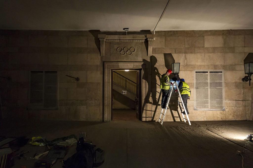 Budapest, 2016. március 2.Munkások a Puskás Ferenc Stadion bontásán 2016. március 1-jén. A tervek szerint nyolc hónapig tart a bontás, az új aréna építése decemberben kezdődhet el és 2019-ben fejeződik be.MTI Fotó: Szigetváry Zsolt