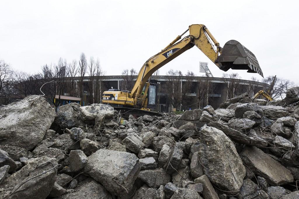 Budapest, 2016. március 2.Munkagép a Puskás Ferenc Stadion bontásán 2016. március 1-jén. A tervek szerint nyolc hónapig tart a bontás, az új aréna építése decemberben kezdődhet el és 2019-ben fejeződik be.MTI Fotó: Szigetváry Zsolt