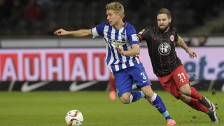 Hertha's Norwegian midfielder Per Ciljan Skjelbred (L) and Frankfurt's midfielder Marc Stendera during the German first division Bundesliga football match of Hertha Berlin BSC v Eintracht Frankfurt in Berlin, on March 2, 2016. / AFP / TOBIAS SCHWARZ / RESTRICTIONS: DURING MATCH TIME: DFL RULES TO LIMIT THE ONLINE USAGE TO 15 PICTURES PER MATCH AND FORBID IMAGE SEQUENCES TO SIMULATE VIDEO. == RESTRICTED TO EDITORIAL USE == FOR FURTHER QUERIES PLEASE CONTACT DFL DIRECTLY AT + 49 69 650050