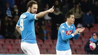 Napoli's Argentinian forward Gonzalo Higuain (L) celebrates after scoring as his teammate Napoli's Spanish forward Jose Maria Callejon gestures during the Italian Serie A football match SSC Napoli vs AC Chievo Verona on March 5, 2016 at the San Paolo stadium in Naples. / AFP / CARLO HERMANN