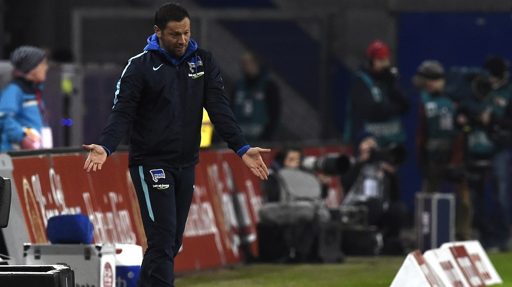 Hertha's Hungarian head coach Pal Dardai reacts during the German first division Bundesliga football match of Hamburger SV v Hertha BSC in Hamburg, on March 6, 2016. / AFP / TOBIAS SCHWARZ / RESTRICTIONS: DURING MATCH TIME: DFL RULES TO LIMIT THE ONLINE USAGE TO 15 PICTURES PER MATCH AND FORBID IMAGE SEQUENCES TO SIMULATE VIDEO. == RESTRICTED TO EDITORIAL USE == FOR FURTHER QUERIES PLEASE CONTACT DFL DIRECTLY AT + 49 69 650050