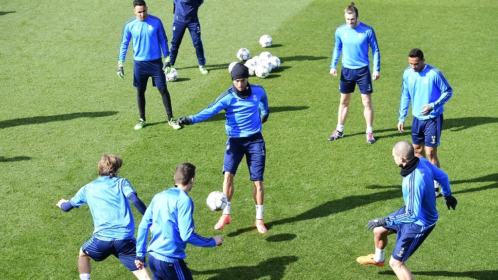 Real Madrid's Portuguese forward Cristiano Ronaldo (C) and teammates take part in a training session on March 7, 2016 at Real Madrid Sport City in Madrid on the eve of their UEFA Champions League football match Real Madrid CF vs AS Roma.   / AFP / JAVIER SORIANO