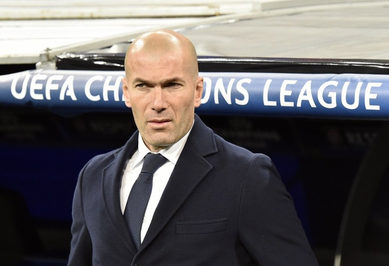 Real Madrid's French coach Zinedine Zidane stands before the UEFA Champions League round of 16 second-leg football match Real Madrid CF vs AS Roma at the Santiago Bernabeu stadium in Madrid on March 8, 2016. / AFP / GERARD JULIEN