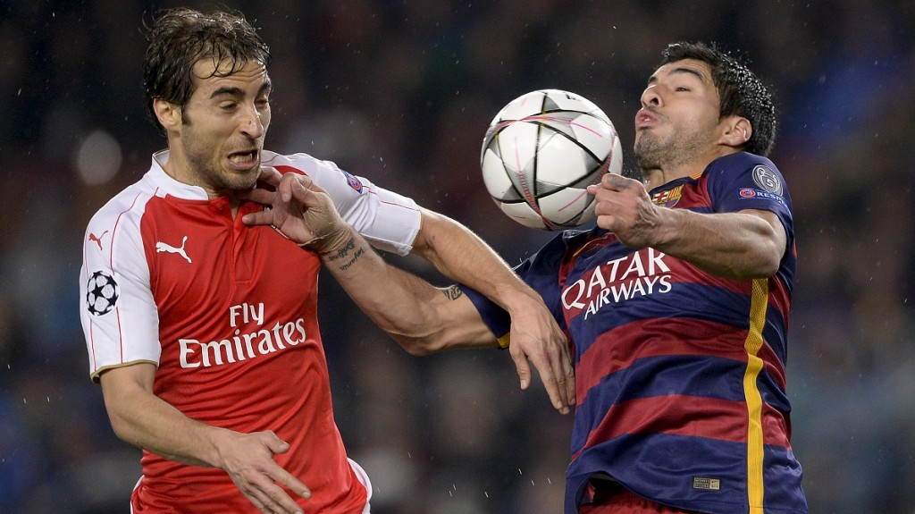 Arsenal's French midfielder Mathieu Flamini (L) vies with Barcelona's Uruguayan forward Luis Suarez during the UEFA Champions League Round of 16 second leg football match FC Barcelona vs Arsenal FC at the Camp Nou stadium in Barcelona on March 16, 2016.  / AFP / JOSEP LAGO