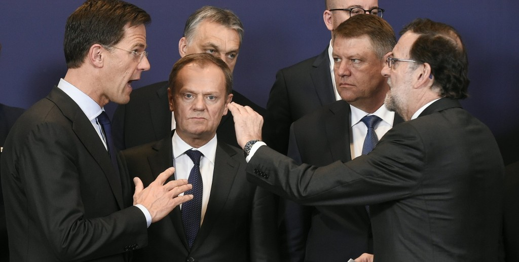 (LtoR) Dutch Prime minister Mark Rutte talks wit EU Council President Donald Tusk and Roumanian Prime minister Klaus Werner Iohannis and and Spanish Prime minister Mariano Rajoy during the European Union summit in Brussels on March 17, 2016, where 28 EU leaders will discuss the ongoing refugee crisis.  / AFP / JOHN THYS