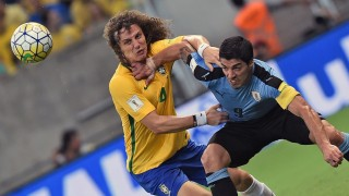 Uruguay's Luis Suarez (R) vies for the ball with Brazil's David Luiz during their Russia 2018 FIFA World Cup South American Qualifiers' football match, in Recife, northeastern Brazil, on March 25, 2016. AFP PHOTO / VANDERLEI ALMEIDA / AFP / VANDERLEI ALMEIDA