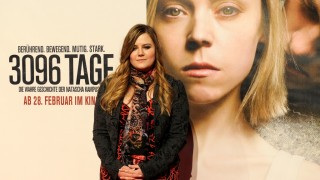 """Austrian kidnap victim Natascha Kampusch poses for photographers as she arrives for the premiere of the film """"3,096 Days"""" based on her story on February 25, 2013 in Vienna. AFP PHOTO/SAMUEL KUBANI / AFP / SAMUEL KUBANI"""