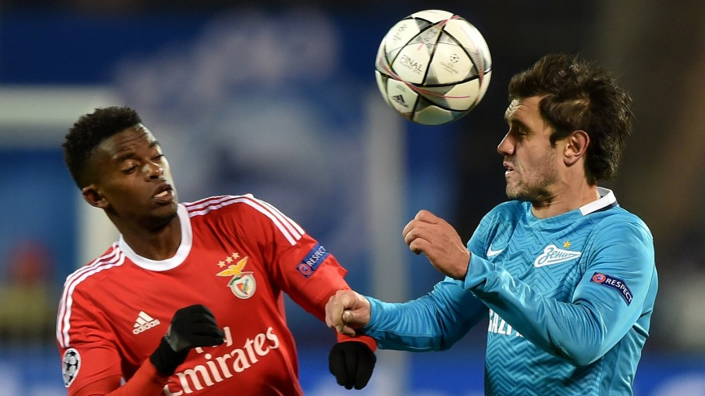 Benfica's defender Nelson Semedo (L) vies for the ball with Zenit's midfielder Yuri Zhirkov during the second-leg round of 16 UEFA Champions League football match FC Zenit vs SL Benfica at the Petrovsky stadium in St. Petersburg on March 9, 2016. AFP PHOTO / KIRILL KUDRYAVTSEV / AFP / KIRILL KUDRYAVTSEV