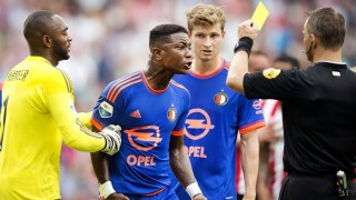 Feyenoord Rotterdam player Eljero Elia (C) protests as he is shown a yellow card during the Dutch Eredivisie football match in Eredivisie, between PSV Eindhoven and Feyenoord Rotterdam on August 30, 2015. AFP PHOTO / ANP / OLAF KRAAK    = NETHERLANDS OUT= / AFP / ANP / OLAF KRAAK