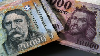 Debrecen, 2016. január 4. A megújított húszezer és tízezer forintos bankjegy részlete. Magyarország ma is hivatalos fizetõeszközét, a forintot 70 évvel ezelõtt, 1946. augusztus elsején vezették be. A pengõt felváltó új pénz nevét I. Károly történelmi aranyforintjáról kapta.  MTVA/Bizományosi: Oláh Tibor  *************************** Kedves Felhasználó! Ez a fotó nem a Duna Médiaszolgáltató Zrt./MTI által készített és kiadott fényképfelvétel, így harmadik személy által támasztott bárminemû – különösen szerzõi jogi, szomszédos jogi és személyiségi jogi – igényért a fotó készítõje közvetlenül maga áll helyt, az MTVA felelõssége e körben kizárt.