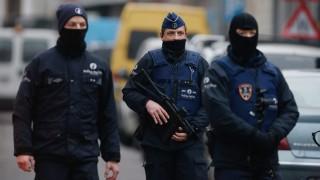 Brüsszel, 2016. március 18. Belga rendõrök egy lezárt mûveleti területen a brüsszeli Molenbeek negyedben 2016. március 18-án, ahol rendõrségi és sajtóhírek szerint elfogták a novemberi párizsi terrortámadások feltételezett fõszervezõjét, Salah Abdeslamot. (MTI/EPA/Laurent Dubrule)