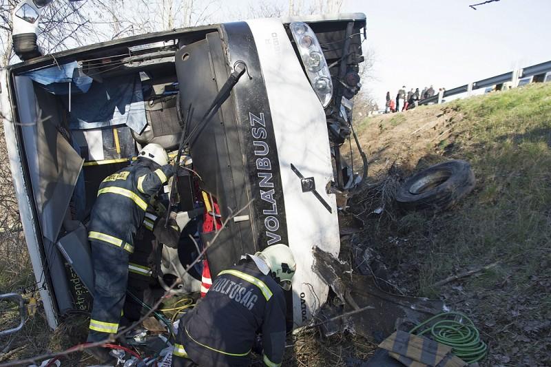 Hatvan, 2016. március 14. Tûzoltók egy árokba borult menetrend szerint közlekedõ autóbusznál az M3-as autópálya Budapest felé vezetõ oldalán, Hatvan közelében 2016. március 14-én. A balesetben huszonöten megsérültek, közülük kettõ súlyosan. MTI Fotó: Mihádák Zoltán
