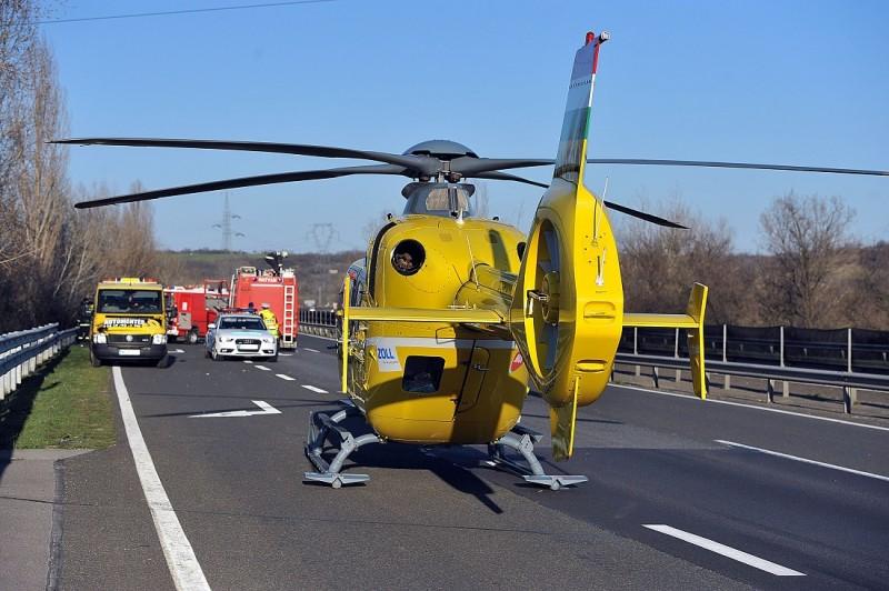 Hatvan, 2016. március 14. Mentõhelikopter az M3-as autópálya Budapest felé vezetõ oldalán Hatvan közelében, ahol árokba hajtott egy menetrend szerint közlekedõ autóbusz 2016. március 14-én. A balesetben huszonöten megsérültek, közülük kettõ súlyosan. MTI Fotó: Mihádák Zoltán