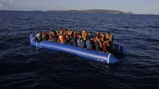 Agatoniszi szigetek,  2016. március 2. Mentõmellényt viselõ migránsok csónakja tart az Égei-tengeren az északkelet-görögországi Agatoniszi szigetek egyike felé 2016. március 3-án. A felvételt a Menekülteket Segítõ Partmenti Állomás (MOAS) nevû, máltai székhelyû alapítvány munkatársai készítették. (MTI/AP/Lefterisz Pitarakisz)