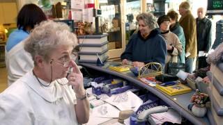 Budapest, 2007. január 15.Sokan váltják ki a gyógyszereiket január 15-én, mivel következő naptól a legtöbb gyógyszer ártámogatása csökken. A kép Budapesten a Korona gyógyszertárban készült.MTI Fotó: Beliczay László