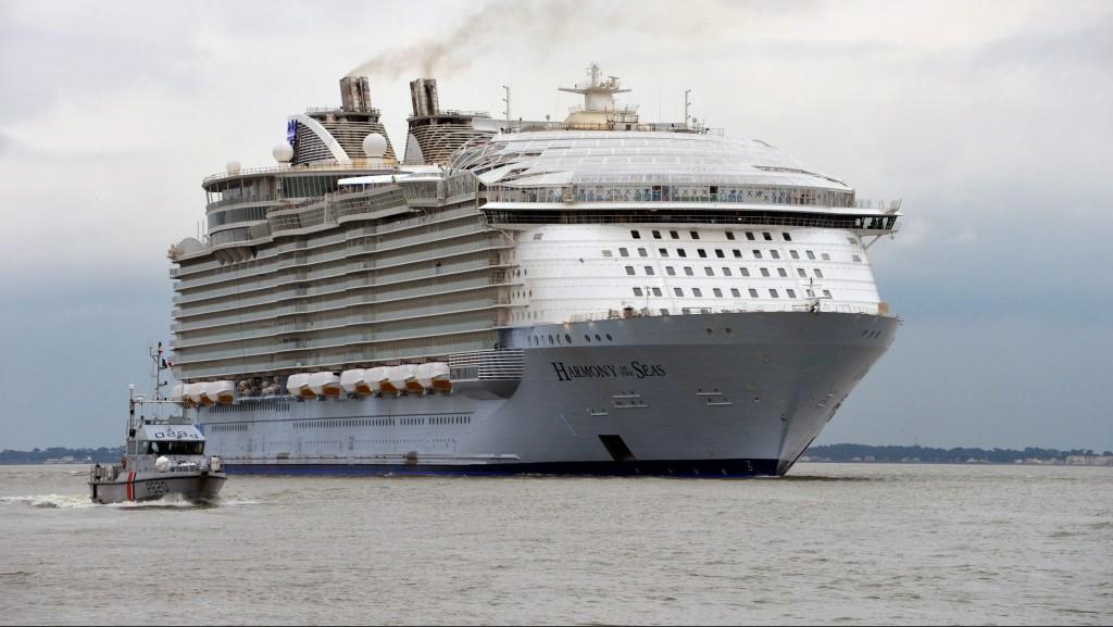 Saint-Nazaire, 2016. március 11. A Royal Caribbean International (RCI) amerikai hajótársaság által közreadott kép a Harmony of the Seas óceánjáróról, amely elsõ próbaútjára indul a franciaországi Saint-Nazaire-ben mûködõ STX hajógyárból 2016. március 10-én. A 120 ezer tonnás, 362 méter hosszú, 16 emeletes, egymilliárd eurós költséggel megépített Harmony of the Seas a világ legnagyobb óceánjárója. (MTI/EPA/Royal Caribbean International/Bernard Biger)