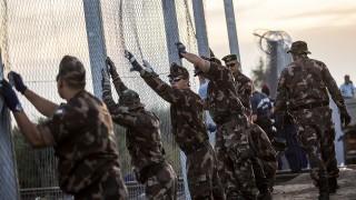 Röszke, 2015. szeptember 14.Katonák építik az ideiglenes biztonsági határzárat Röszke határában, a magyar-szerb határon, a Horgos-Röszke vasútvonal átjárójánál 2015. szeptember 14-én.MTI Fotó: Mohai Balázs