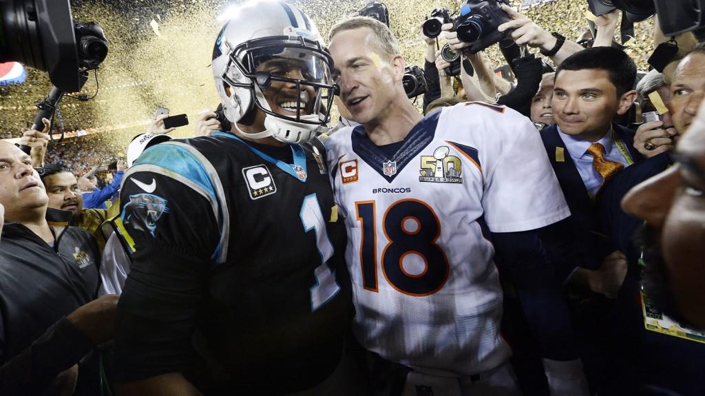Santa Clara, 2016. február 8. Peyton Manning, a Denver Broncos (j) és Cam Newton, a Carolina Panthers játékosa a labdával az Egyesült Államok amerikaifutball-bajnoksága 50. alkalommal megrendezett döntõje, az ún. Super Bowl után a kaliforniai Santa Clarában fekvõ a Levi's Stadionban 2016. február 7-én. A Denver Broncos 24-10-re legyõzte a Carolina Panthers együttesét, és ezzel története során harmadszor hódította el a bajnokcsapatnak járó Vince Lombardi-trófeát. (MTI/EPA/John G. Mabanglo)