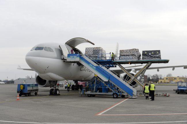 Budapest, 2016. március 3. Kirakodják a Qatar Cargo Airbus A330-200F típusú repülõgépét a Budapest Liszt Ferenc nemzetközi repülõtéren 2016. március 3-án. Elindította rendszeres Doha-Budapest járatait a Qatar Airways áruszállító üzletága. Az öböl-menti teherszállító légitársaság járatai hetente két alkalommal, csütörtökön és vasárnap érkeznek majd Budapestre. MTI Fotó: Kovács Tamás