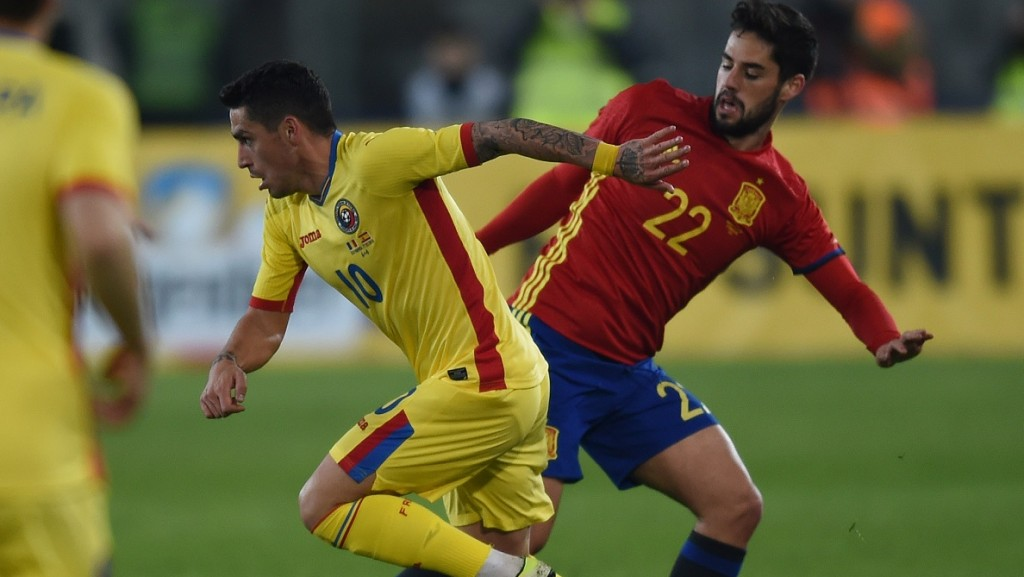 Isco Alarcon (R) of Spain vies for the ball against Nicolae Claudiu Stanciu (L) of Romania during the friendly football match between Romania and Spain in Cluj Napoca, Romania on March 27, 2016. / AFP / DANIEL MIHAILESCU
