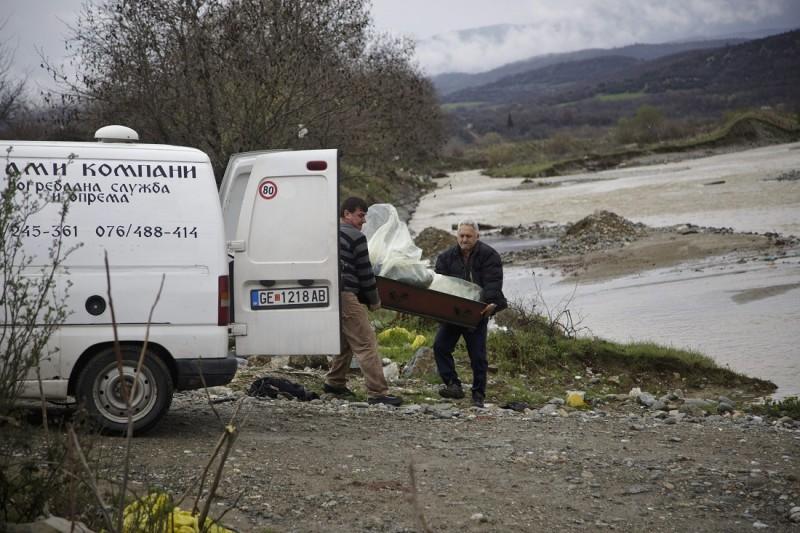 Gevgelija, 2016. március 14. Vízbe fúlt migráns holttestét teszik halottaskocsiba a görög határ mentén fekvõ Gevgelija közelében 2016. március 14-én, miután a görög-macedón határon emelt macedón védõkerítést megkerülve migránsok egy csoportja a Vardar folyó mellékágán próbált meg bejutni Macedóniába. A macedón rendõrség szerint két férfi és egy nõ holttestét találták meg, három embert kórházba, tizenkilencet menedékhelyre vittek. (MTI/AP/Visar Kryeziu)
